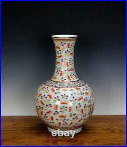 Fine Chinese Qing Qianlong Famille Rose 100 Bat in Cloud Globular Porcelain Vase